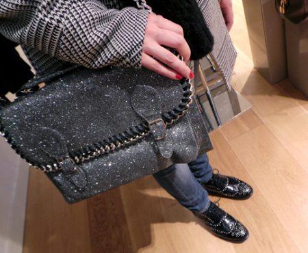 Outfit – Satchel sparkle e sneakers rock