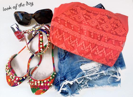 Outfit – Shorts di jeans sfrangiati e sandali a fiori con borchie