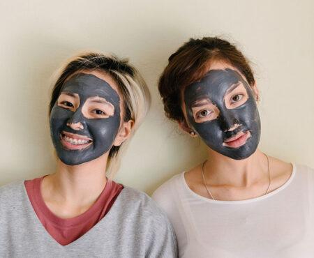 Carbone attivo contro la pelle grassa e impura: funziona?